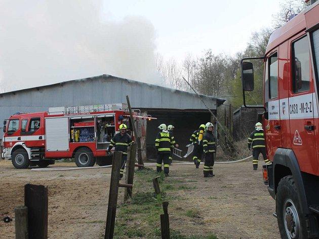 Požár ocelokolny ve čtvrtek v Málkově u Přimdy napáchal škody za sedm set tisíc korun. U ohně zasahovalo několik hasičských sborů.