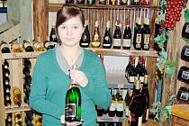 OSLAVY ZVEDAJÍ PRODEJE. Obchodníci registrují před oslavami nového roku zvýšený prodej nápojů. Nejoblíbenějším pro novoroční přípitek je, jak ukazuje Dominika Nováková, Bohemia sekt.