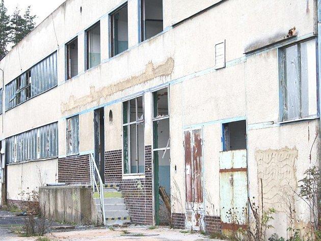 Některé objekty na Tachovsku stále chátrají. Tento kdysi patřil k šachtě Vítkov, dnes ho vlastní obec Kočov a pronajala ho soukromé firmě. Budova se pomalu rozpadá.
