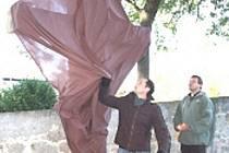 V Bernarticích byl v sobotu u příležitosti posvícení odhalen Kříž smíření autora Petra Kasala. Je vyroben ze dvou symbolických stromů – německého dubu a české lípy.
