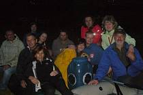 Vodáci splouvali Mži v noci.