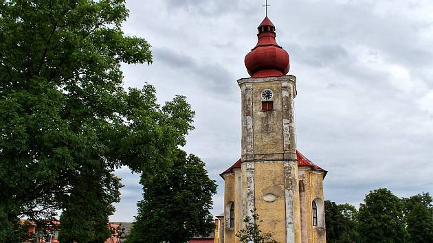 Okolí kostela sv. Anny v Částkově mění v těchto dnech výrazně svoji tvář.