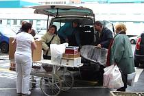 Do nemocnice putovali herci s autem dárků
