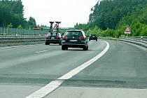 Dálniční hrb dělá řidičům vrásky. Vozovka je v místě zvednutá zhruba o deset centimetrů. Například návěs kamionu se při průjezdu úsekem pořádně rozvlní.