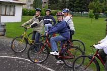 Děti si donesly do školy cyklistické helmy