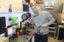 Petr Koryťák ve své dílně představuje tisk 3D štítů.
