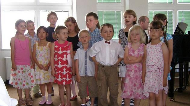 V aule stříbrského gymnázia se konal závěrečný koncert žáků hudebního oboru.