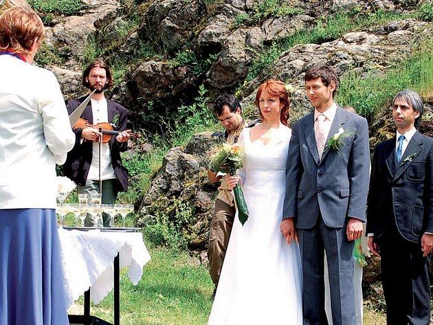 Svatebčané měli obřad na hradě.