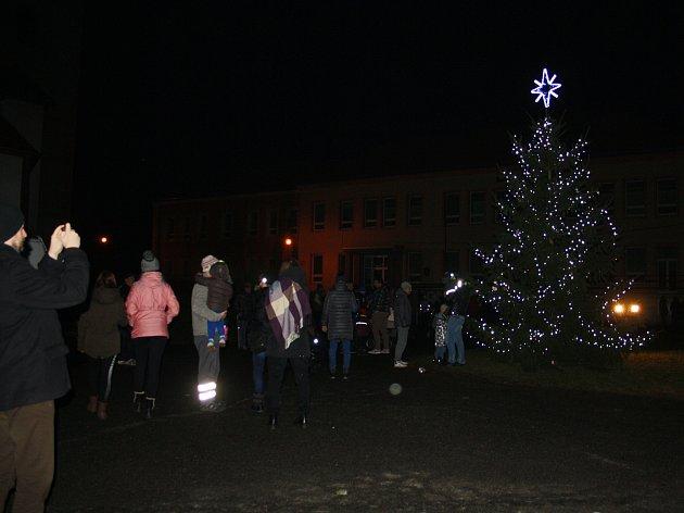 STRÁŽ rozsvítila vánoční strom už v pátek, zazpívat vánoční písně přijela i Anička Gálisová.
