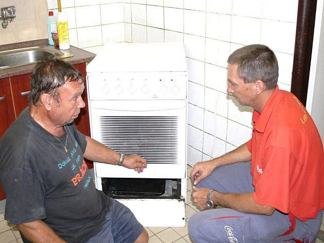 Tachovští dobrovolní hasiči si upravují vlastními silami objekt, do kterého se chtějí do konce měsíce přestěhovat. Josef Bogáš a Martin Volka v úterý instalovali sporák, který přivezli ze staré hasičárny.