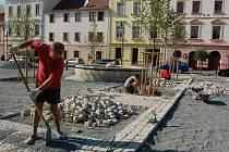 Práce na plánském náměstí jsou v plném proudu, chystanou Anenskou pouť  ale nijak neohrozí.