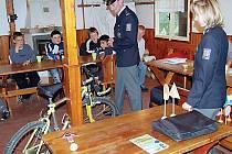 S dětmi včera besedovali Václav Blahník a Jindřiška Cholenská z tachovského policejního ředitelství.