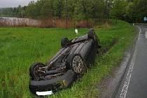Mladík nezvládl na mokru svůj vůz Audi A4, dostal smyk a převrátil vůz na střechu.