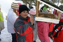 Děti ze školní družiny ZŠ v Gagarinově ulici se rozhodly pomoci ptáčkům v třeskuté zimě