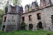 Ruiny nikdy nedokončeného zámku, který nechal stavět kníže Windischgrätz.