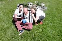 Studentky ošetřovatelství ze Střední školy živnostenské pečují o klienty s postižením ve Vohenstraussu.