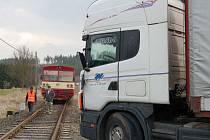 Za většinou dopravních nehod na přejezdech je nepozornost řidičů. Tak tomu bylo i při nedávné nehodě ve Skviříně, kdy si šofér kamionu nevšiml přijíždějícího a výstrahu dávajícího vlaku.