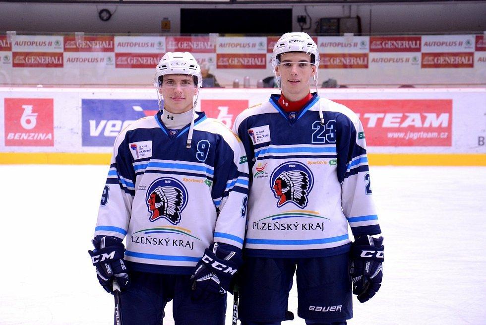 Adam Šilhán (vlevo) se svým spoluhráčem z hokejové juniorky HC Škoda Plzeň Josefem Hasmanem.