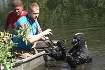 Hledači pátrali po věcech ukrytých na dně rybníka u Chodové Plané