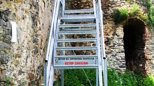 Po nájezdu zlodějů zbyla ve schodišti jen prázdná místa. V těchto dnech už je ale schodiště opět opravené.