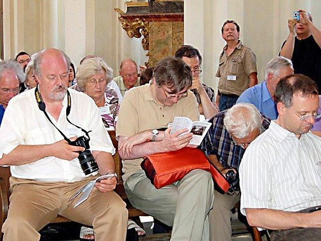 Varhaníci (na snímku) se sjeli do Kladrub, aby si v chrámu Nanebevzetí Panny Marie poslechli a prohlédli zdejší varhany.