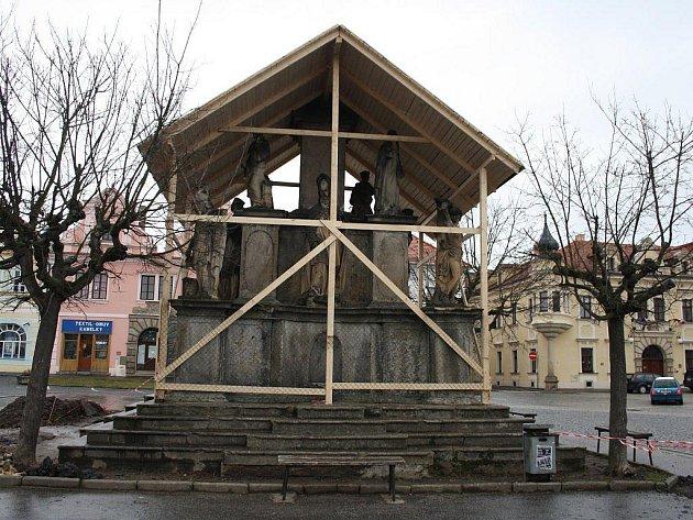 MARIÁNSKÉ SOUSOŠÍ ve Stříbře je po dobu rekonstrukce náměstí pod ochranou dřevěného bednění. Město chce nechat historickou památku zrestaurovat.