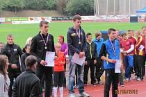 TOMÁŠ JAŠA (na stupních vítězů vlevo) si na pětikilometrové trati vybojovali druhé místo a je to jeho první velká medaile v kategorii dospělých.