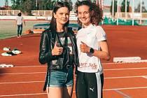 Sprinterka Tereza Záhořová, která překonala krajské maximum, pózuje na fotografii  trenérkou Veronikou Matulkovou.