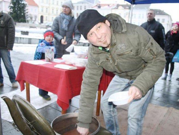 V PODÁVÁNÍ novoroční gulášové polévky se iniciátoři akce na tachovském náměstí střídali. Na snímku zákazníky obsluhuje Radek Móži.