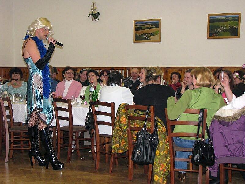 Ženy překvapil Robert v kostýmu Heleny