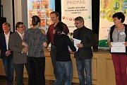 PRACOVNICE INFORMAČNÍHO CENTRA V ČERNOŠÍNĚ Martina Janotová a Martina Sihelská krátce po převzetí ocenění Nejlepší infocentrum Plzeňského kraje 2017. Certifikát si společně s dalšími oceněnými převzaly ve Vrchlabí.