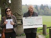 Slavnost předání symbolického šeku u Böttgerova památníků.