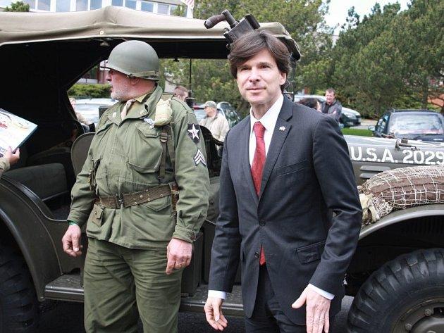 Velvyslance USA Andrew Schapira přivezl k pomníku symbolicky americký historický džíp.