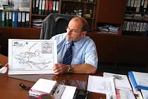 Jaroslav Hošek, vedoucí provozu ČSAD TAchov, ukazuje mapu tras městské hromadné dopravy.