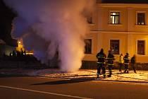 Kvůli požáru museli lidé opustit své byty. Pár desítek minut strávili na mrazu.
