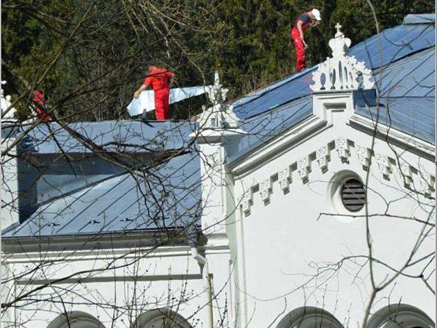 DĚLNÍCI PROVÁDÍ v těchto dnech dokončovací práce na opravě střechy jízdárny ve Světcích.
