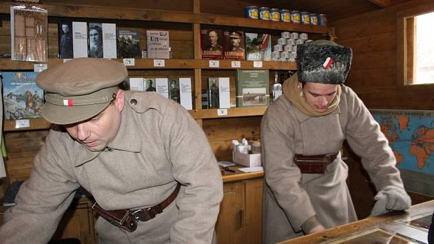 Legionáři v dobovém oblečení v legionářském vlaku.