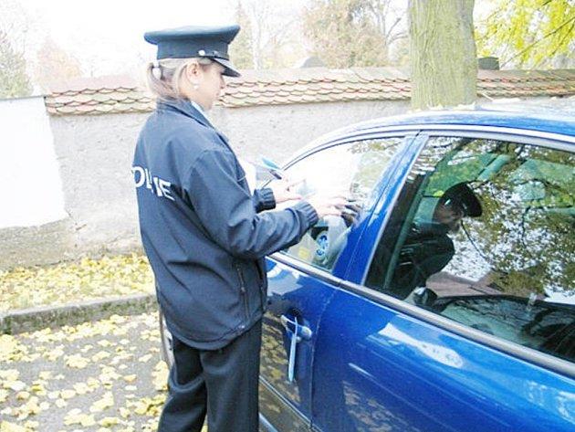NA MAJITELE aut, kde se nacházely předměty lákající lupiče, čekalo překvapení v podobě folie imitující rozbité sklo.