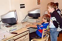 Uplakané léto tráví školáci v současné době u počítačů nebo knížek