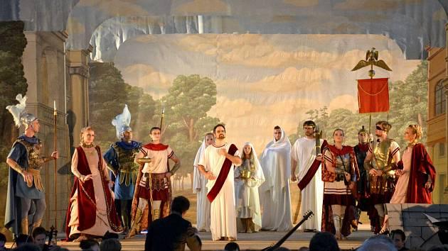 Vrcholná hudební událost a historicky druhé provedení barokní slavnostní opery Costanza e Fortezza v podání souboru Musica Florea přilákala do světecké jízdárny přes devět set návštěvníků.