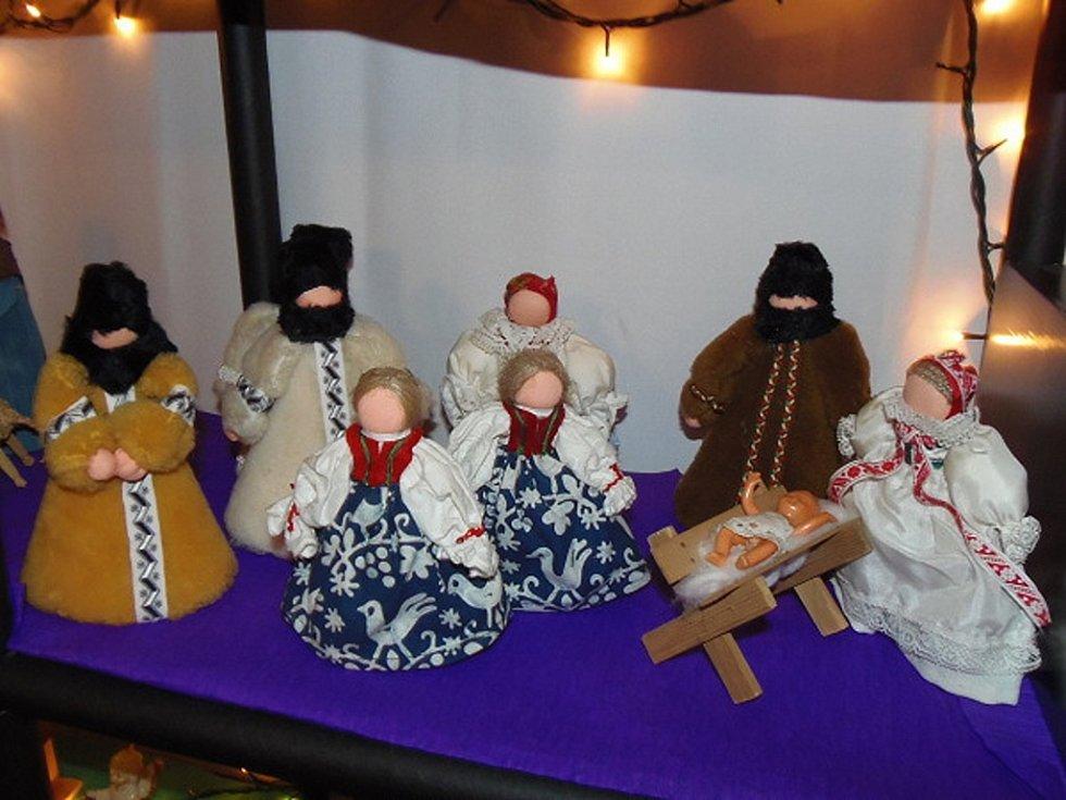 Kostel Všech Svatých ve Stříbře je od vánočních svátků plný betlémů.