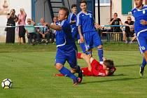 Fotbalisté Tachova (v modrém) vyhráli v prvním kole I. A třídy.