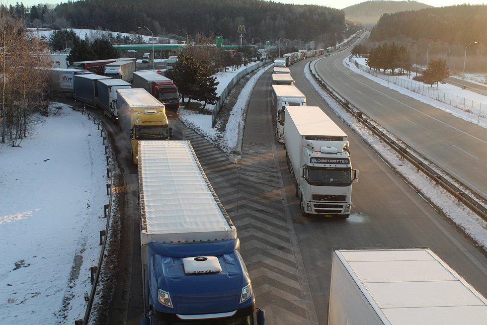 Stovky kamionů stály v pondělí ráno v koloně na dálnici D5 ve směru na Německo. Snímky jsou z nadjezdu ve Svaté Kateřině, zhruba pět kilometrů před hranicí s Německem