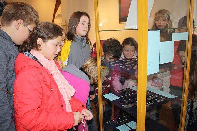 Žáci šesté třídy z plánské školy na náměstí Svobody si se zájmem prohlédli část z více než tří set mincí nalezených v devadesátých letech