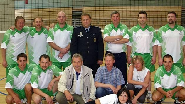 Tachovští policisté uspěli na turnaji ve Weidenu. Blahopřál také ředitel Jaromír Kníže (v uniformě).