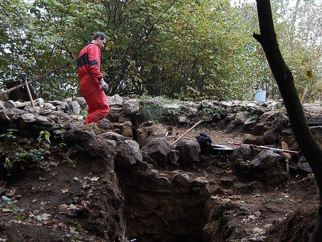 Pohled na spodní část stavby šibenice. Vyoká mohla být ještě dva ař tři metry nad úroveň naskládaných kamenů.