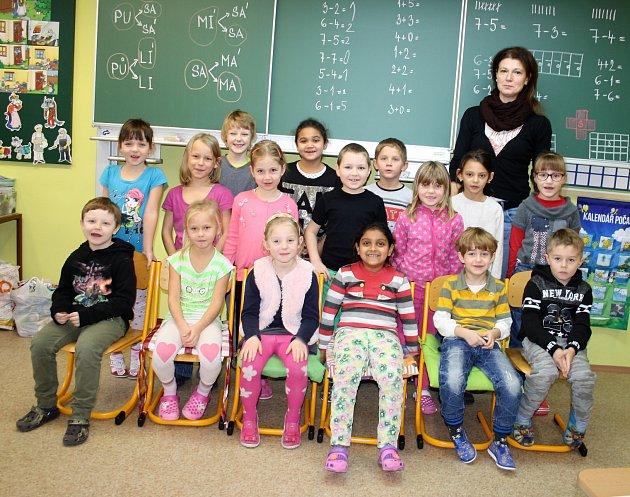 Žáci Základní školy  ve Starém Sedlišti střídní učitelkou  Radkou Novosadovou