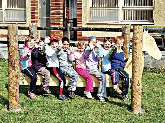 Děti z Mateřské školy v Kostelci mají nové zařízení na zahradě. Mezi ně patří i oblíbený dřevěný kůň.