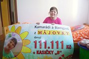 Šipkaři a štamgasti ze sportbaru Májovka předali rodině Sýkorových dar na podporu postižené dcery.