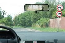 Tento pohled se naskytne každému řidiči, který projíždí tachovskou ulicí Vilémovská. Někteří se musí otočit.